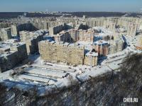 Вид сверху зимой на дома по бульвару Миттова