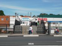 Вид на пешеходный мост, идущий на Центральный рынок