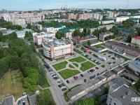 Вид сверху на парковку и сквер во дворе больницы