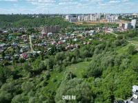 Вид сверху на зелёную территория у реки Сугутка