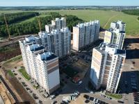 Вид сверху на квартал домов в Солнечном районе