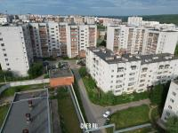 Вид сверху на дома на улице Эльменя