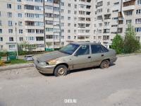 Вросший в асфальт брошенный автомобиль