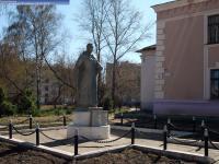 Памятник перед школой №9