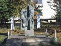 Памятник возле школы №2