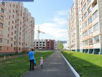 Пешеходная дорожка между домами 14 и 16 на улице Строителей