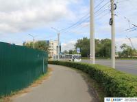 Дорога вдоль строительного забора