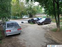 Дорожка и припаркованные автомобили