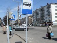 Знаки и светофор на остановке